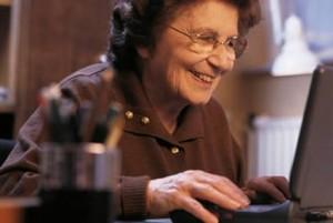 idoso-feliz-computador