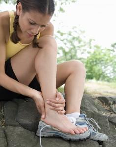 mulher-com-dor-no-tornozelo