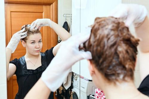 Deixar a tintura por mais tempo do que o recomendado pode agredir o couro cabeludo. Foto: Shutterstock