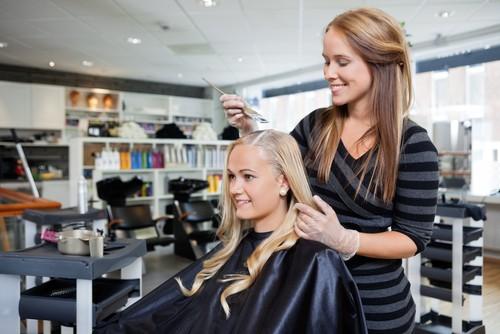 Antes de escolher o salão para pintar o cabelo, pesquise e informe-se sobre o local. Foto: Shutterstock