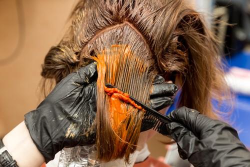 É preciso tomar cuidado com os tons da tintura, pois podem ficar mais escuros no cabelo. Foto: Shutterstock