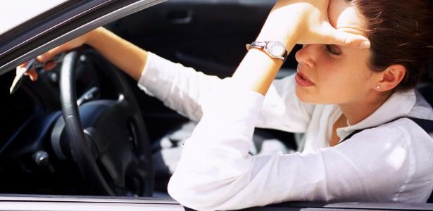 mulher-dirigindo-no-transito-1350686213444_615x3001