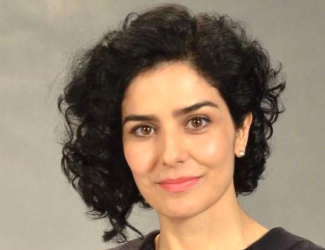 Letícia Sabatella: Os curtos assimétricos também podem ser feitos em cabelos cacheados e crespos. A atriz deu uma inovada no visual e aparece com cachos mais compridos do lado direito do rosto.