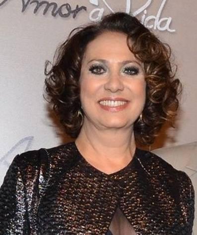 Eliane Giardini: Os cachos da atriz ganham destaque com esse corte médio para curto. As pontas estão repicadas e em degrade. Esse corte serve para todos os tipos de cabelo.