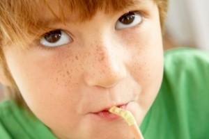 crianca-menino-refrigerante-1376071500900_300x200