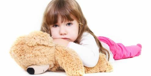 crianca-segurando-ursinho-de-pelucia-5543