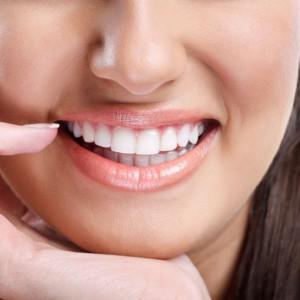 Dentes brancos deixam as pessoas mais atraentes