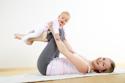 junge mama macht gemeinsam mit ihrem baby fitness und yoga uebun