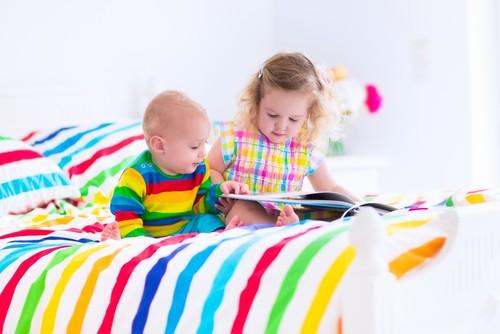 Crianças sozinhas em cima da cama podem sofrer alguma queda e acabar se machucando. Foto: Shutterstock