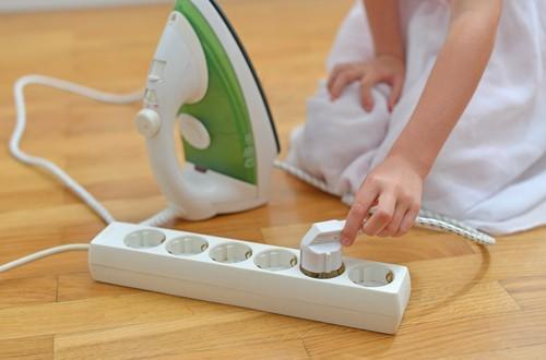 O ferro de passar roupa deve ficar distante da criança, pois pode causar queimaduras. Foto: Shutterstock