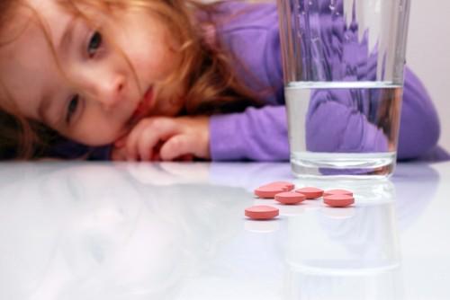 Se os medicamentos ficarem ao alcance das crianças, elas podem ingerir e se intoxicar. Foto: Shutterstock