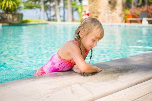 Crianças pequenas não devem frequentar piscinas sem a supervisão de uma pessoa adulta. Foto: Shutterstock