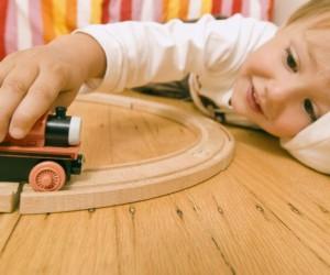 menino-brincando-de-carrinho-16993