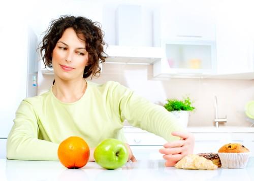 Evitar hábitos alimentares ruins ajuda a aliviar os incômodos na região abdominal. Foto: Shutterstock