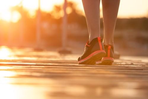 A caminhada ou qualquer outro exercício ajuda a manter o bom funcionamento do corpo. Foto: Shutterstock