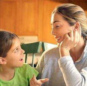 criança-e-mulher-conversando