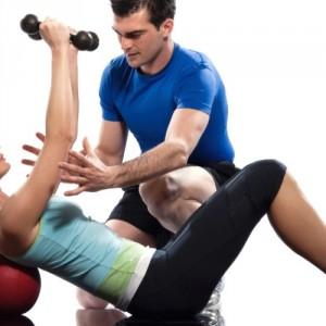 mulher-fazendo-exercicio-de-braco-sobre-bola-1315609331965_956x500