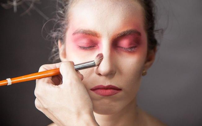 Estique a cor ao longo da ponte do nariz, para criar continuidade