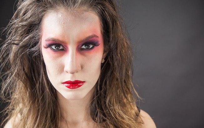 Como o visual é uma mistura de sexy e assustador, aposte no cabelão volumoso e rebelde