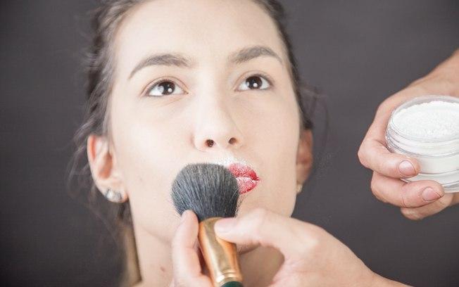Use pó translúcido para selar a cor nos lábios