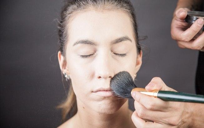 Finalize a pele com pó compacto