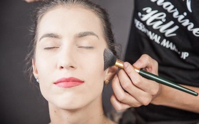 Aplique blush com sombra marrom no côncavo da bochecha