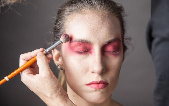 Use também maquiagem clown laranja para esfumar as bordas
