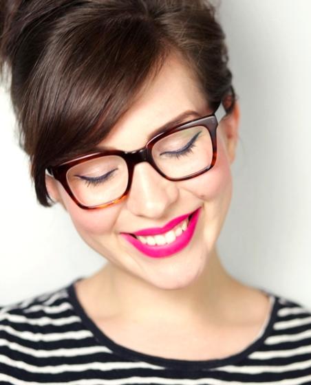 Óculos x maquiagem  aprenda essas 10 dicas de maquiagem para quem ... 8a622e9d31