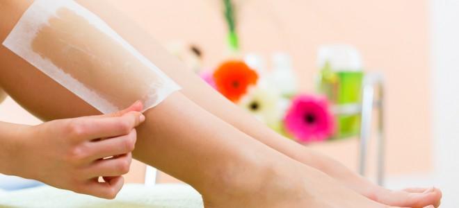 Para a depilação, escolha um local apropriado e o tipo de cera que irá utilizar. Foto: Shutterstock
