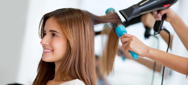 Quem deseja alisar os cabelos, conseguirá esse efeito com a escova marroquina. Foto: Shutterstock