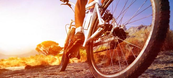 Entre os benefícios da bicicleta, está a sua ajuda na manutenção do peso ideal. Foto: Shutterstock