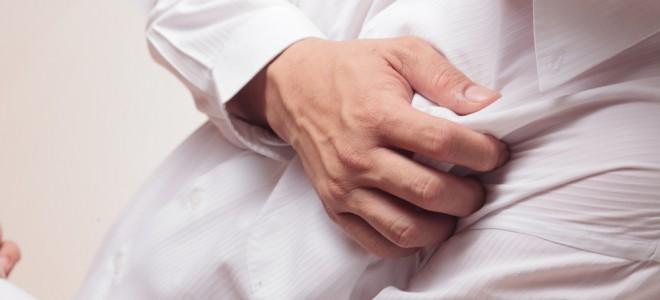 Angina tem na dor forte e intensa no peito o seu principal sinal de alerta. Foto: Shutterstock