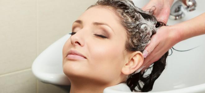 Hidratação proporciona maior brilho aos cabelos, deixando fios mais saudáveis. Foto: Shutterstock
