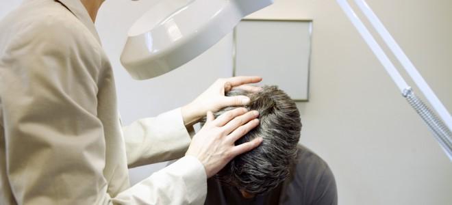 Dermatologista pode indicar qual o melhor tratamento para cada caso de caspa. Foto: Shutterstock