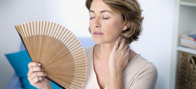 Ondas de calor é um sintoma da menopausa que atinge quase todas as mulheres. Foto: Shutterstock
