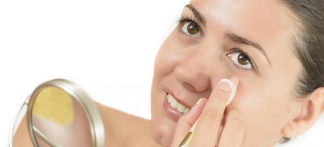 É possível fazer uso de alguns truques de maquiagem para esconder as olheiras. Foto: Shutterstock