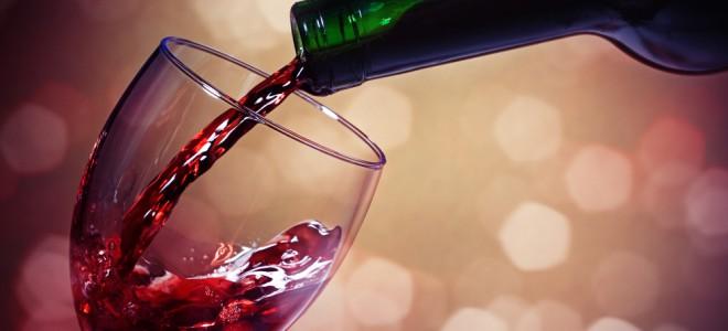 Entre os benefícios do vinho, ele ajuda a diminuir o risco de doenças cardíacas. Foto: Shutterstock