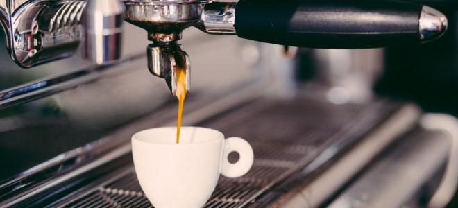 Consumo de cafeína deve ser evitado por ela ser um potente irritante gástrico. Foto: Shutterstock