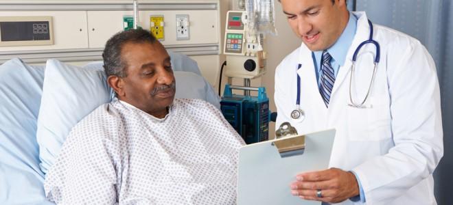 Antes da cirurgia, médico realiza investigação sobre a saúde do paciente. Foto: Shutterstock