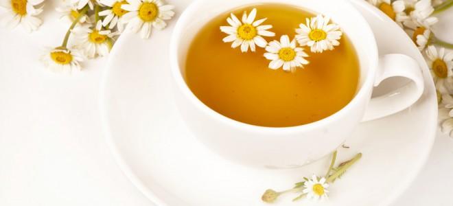 Chá de camomila gelado pode acalmar a pele e amenizar a sensação de ardência. Foto: Shutterstock