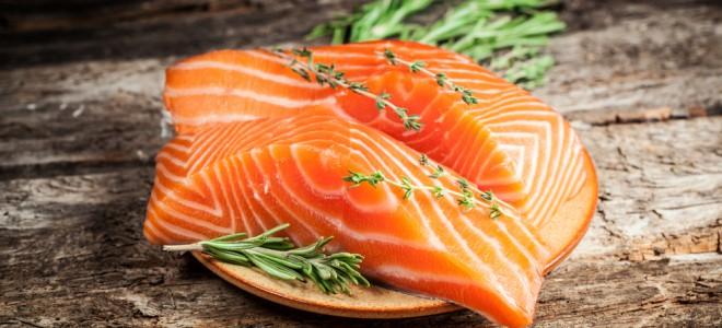Gorduras saudáveis, como aquelas encontradas no salmão, são recomendadas. Foto: Shutterstock