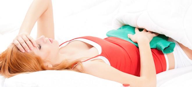 Usar a velha e boa bolsa quente ajuda a aliviar as dores da cólica menstrual. Foto: Shutterstock