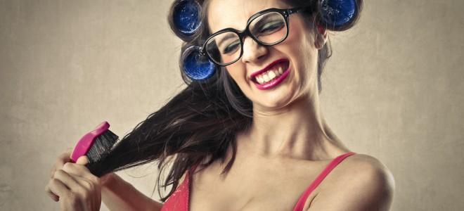 Quando a escova enrosca no cabelo ao pentear, este é um sinal da triconodose. Foto: Shutterstock