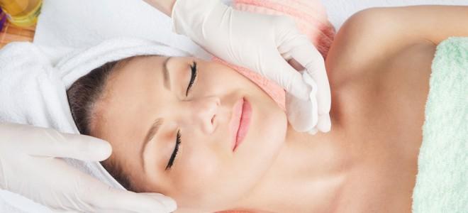 Indolor, peeling de cristal pode ser feito em todo o corpo, incluindo o rosto. Foto: Shutterstock