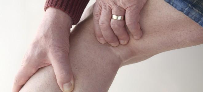 Desequilíbrios dos líquidos corporais provocam o inchaço nas pernas. Foto: Shutterstock