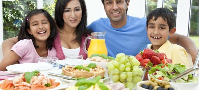Refeição em família e com alimentos nutritivos e saudáveis traz benefícios. Foto: Shutterstock