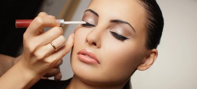 Adoção de truques simples para o dia a dia dispensa kit gigante de cosméticos. Foto: Shutterstock