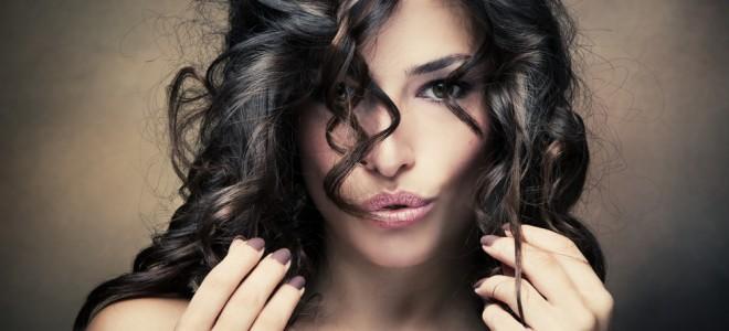 Cuidar dos cabelos cacheados pode ser trabalhoso, mas resultado é compensador. Foto: Shutterstock