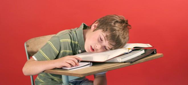 Fique atento: dormir pouco em período escolar prejudica os alunos nas tarefas. Foto: Shutterstock