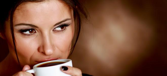 Bebidas escuras, como o café, devem ser totalmente evitadas após o clareamento. Foto: Shutterstock